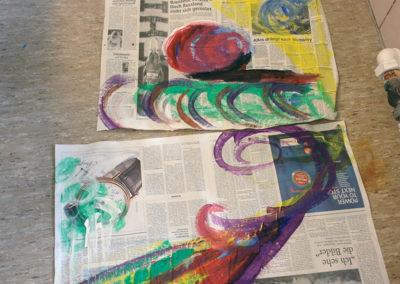 Intuitives Fingerfarbenmalen auf Zeitungspapier